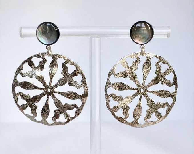 Silver Disc drop earrings and grey mother-of-pearl gemstone