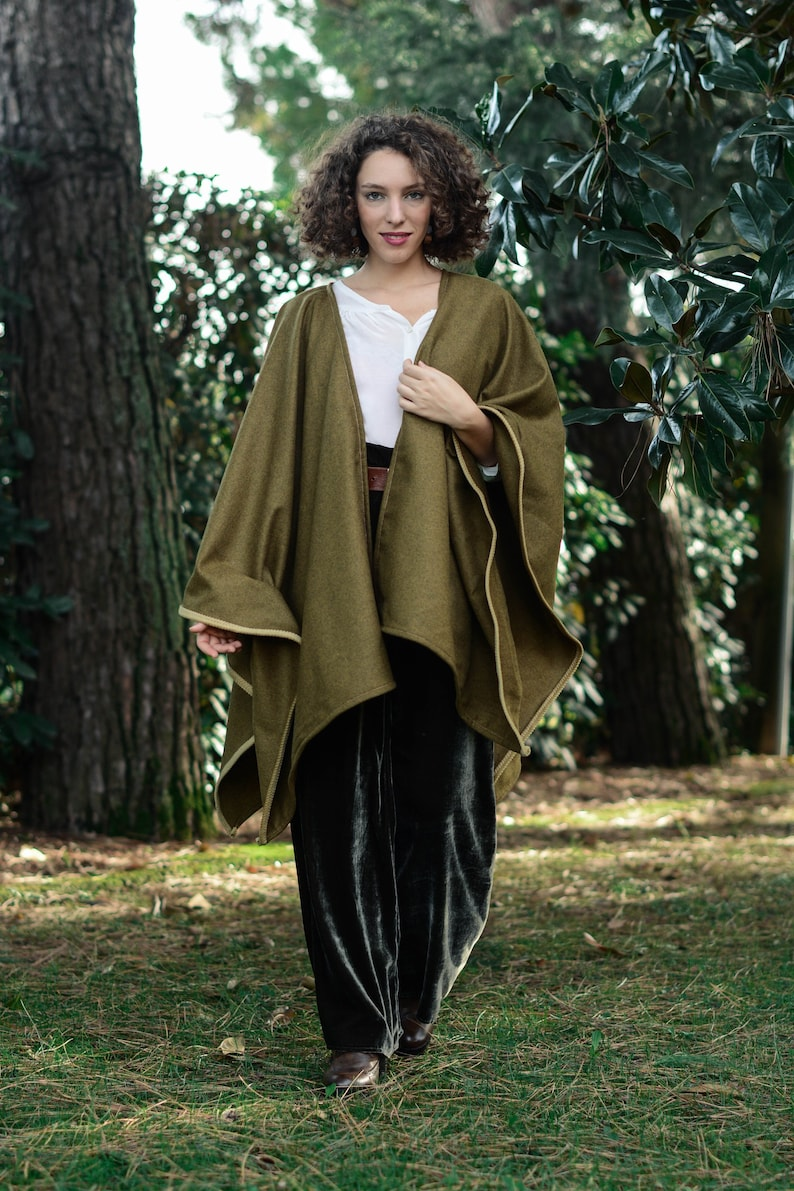 Poncho in lana verde muschio Mantella in lana con bordo in  9aee9da50f15