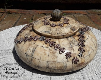 Handmade round bone box, Round Bone box with lid, Original round jewelry box, Bone Round antique box, Original bone box, Round box with lid.