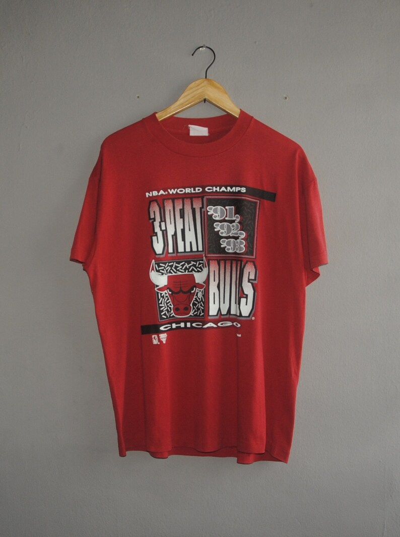 8fdb4e0a364d Vintage CHICAGO BULLS 91-93 NBA World Champs T shirt size