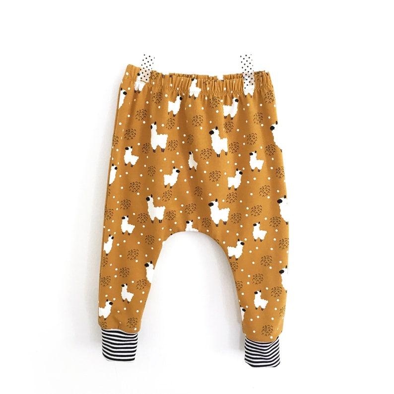 8859ea37b4ad5 Sarouel pour bébé et enfant en jersey moutarde motif Lamas