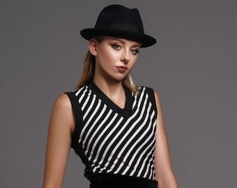 1980's Black & White Diagonal Striped Sweater Vest|Modern Vest|Minimalist Vest|Casual Sweater Vest|Date Night Vest|Girls Night Vest|Size XS