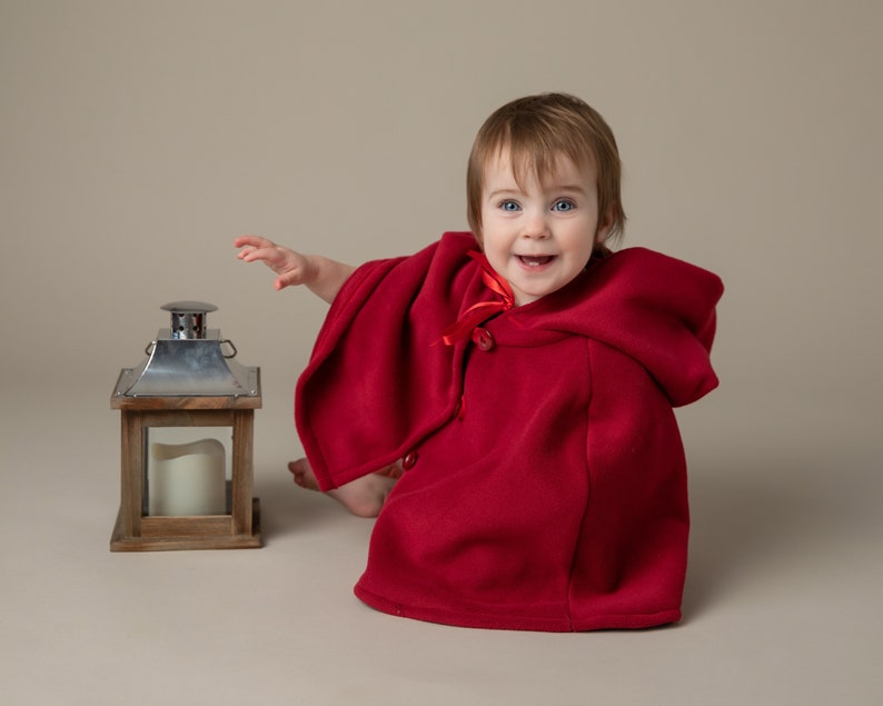 Red child/'s capelet