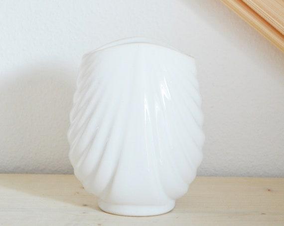 Vintage shell vase white shell black