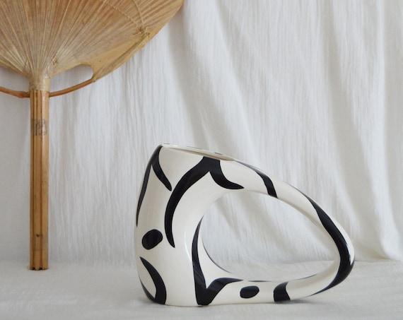 Vase asymmetrical with hole black - white