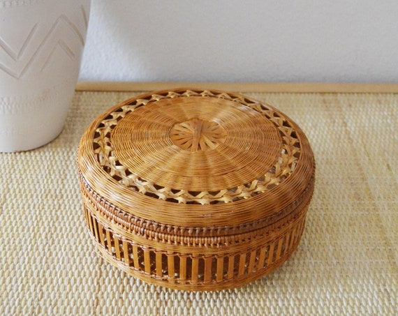 Vintage rattan basket with lid round