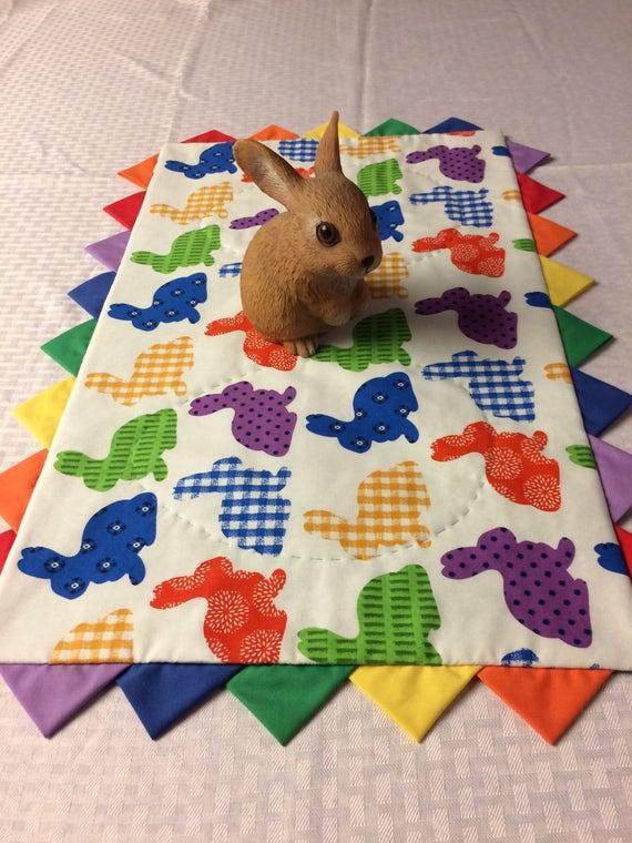 Bunte Reihen Von Hasen Ostern Fruhling Tischlaufer Topper Etsy