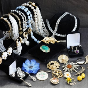 Vintage Jewellery Lot 50s 60s 70s 32 Pc Wearable to Excellent Condition Some Signed Japan Sarah Coventry Avon Coro Rhinestone /& Sterling