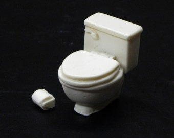 1:25 G scale resin model miniature toilet with toilet paper dispenser