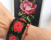 Crocheted bracelet with roses and base black, Zoownatas