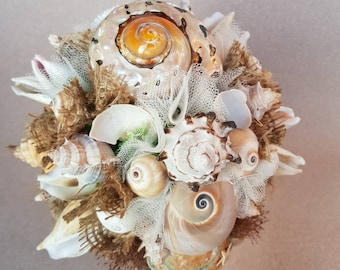 Exceptional shell bouquet with sisal rope in natural colours.
