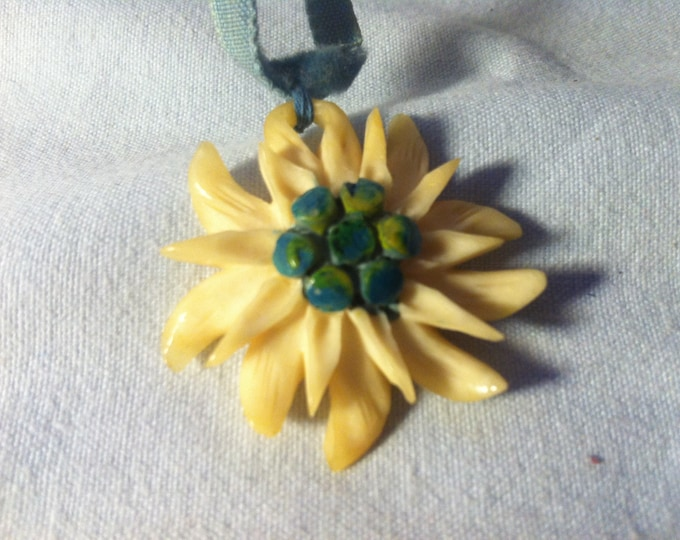 Vintage Edelweiss from horn souvenir Keepsake accessories Costume Jewelry