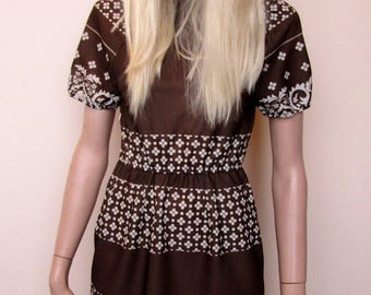 Brown and white mini dress from the 1970's. Size 8-10