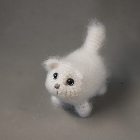 Small cat with joined legs | Free amigurumi and crochet patterns ... | 570x570