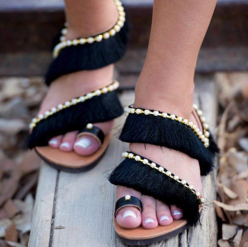 a36b4076a4 Slip nero fringe su sandali, boho chic Sandali, sandali fatti a mano greci,  sandali, sandali perla, regalo per lei, 'Fortune Teller'