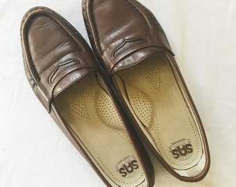 361fe129534 Vintage Women s Size 8 SAS Genuine Comfort Shoes Brown Penny Loafers Made  in USA