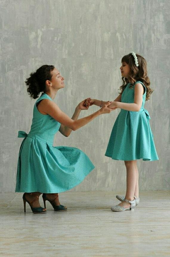 Mutter Tochter passende Kleider in verschiedenen Farben Mami