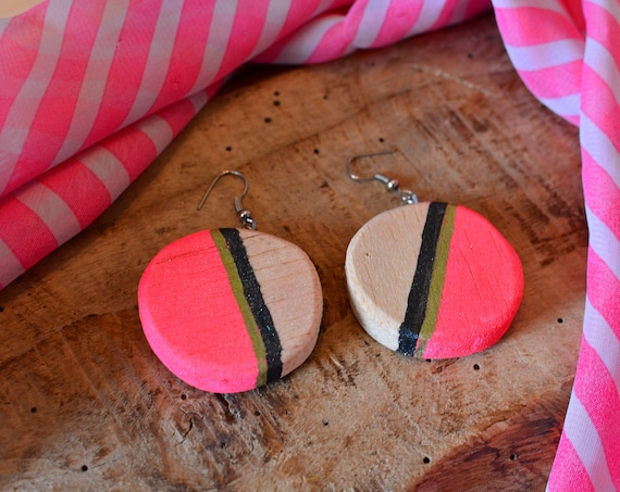 "Modern style ""Fluo pink"" balsa wood earrings."