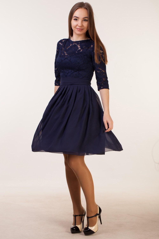 Kurzes navy blau Kleid mit Ärmeln. Marine Brautjungfer
