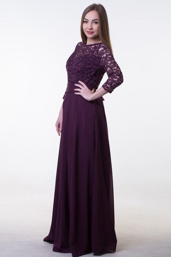 Dunkel lila brautjungfernkleid. Lange Spitze und chiffon-Kleid