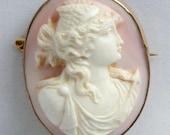 Rose schelpcamée brooch in a golden frame, circa 1820