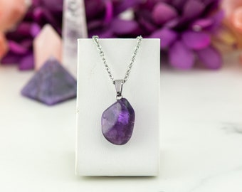 Delicate necklace made of amethyst, semi-precious stone and stainless steel