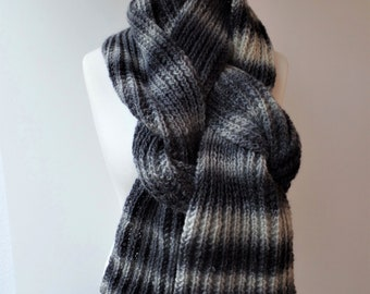 """With this XL scarf """"Hildegard"""" you can show the winter so wonderfully the cold shoulder. Unisex and variably portable due to the length."""