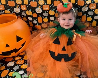 Adorable Tulle pumpkin costume perfect for babies and toddlers. Halloween. Sparkling.