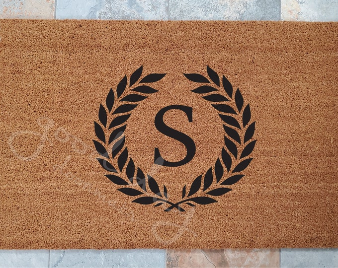 Monogramed Door Mat with Wreath / Customized Door Mat / Welcome Mat / Family Crest / Family Initial Doormat / Gifts for Family / Great Gifts