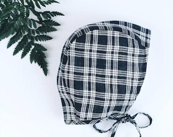 Squared Black/White linen bonnet for baby