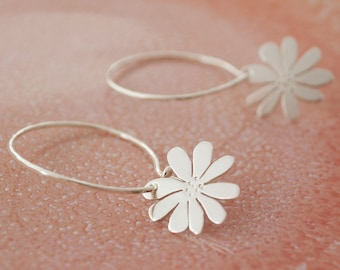 Daisy. Daisy creoles made of brass or 925 silver