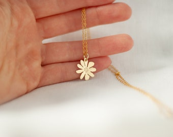 Daisy. Daisy chain pendant made of brass / chain / pendant / gilded chain