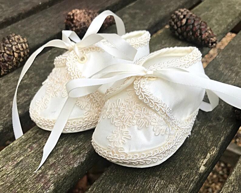 288475dd83fa6 Chaussures de baptême pour bébé fille ou garçon couleur ivoire
