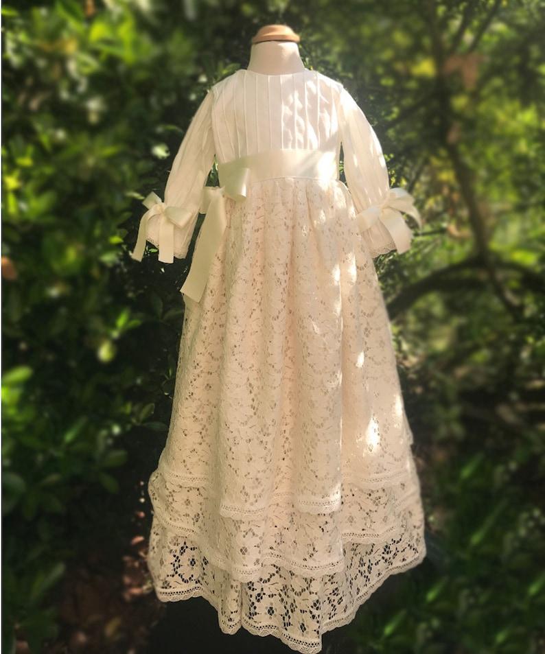 bf568edb55e Robe de baptême dentelle longue pour bébé fille