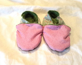 Kids stuffed slippers, arabesques, 23, pinks and Greens