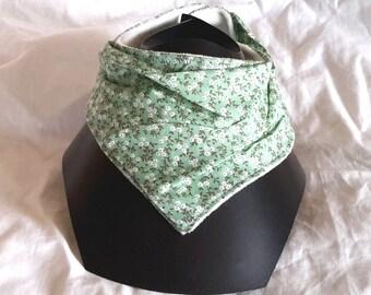 Clear green bib-bandanna to flowers