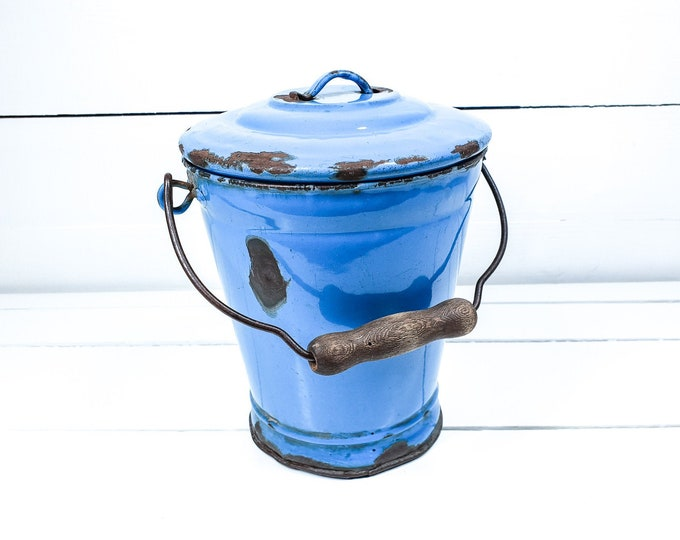 Old enamel bucket blue with lid and wooden handle • vintage blue enamelware • farm garden decoration • blue enamel pail • kitchen decor