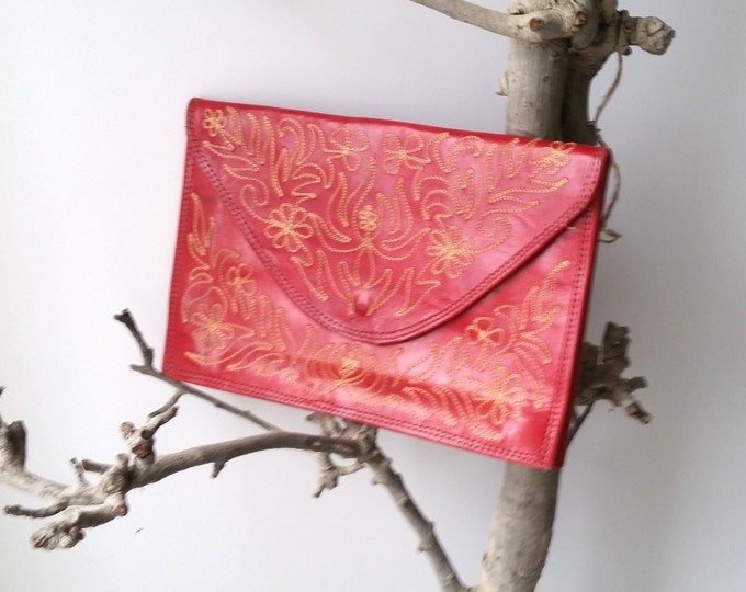 Beautiful retro clutch with golden embroidery * vintage envelope bag * little bag * vintage fashion accessory * red clutch