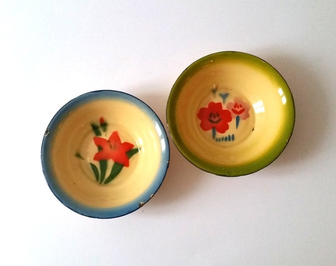 Vintage farmhouse enamelware bowl 'flowers'