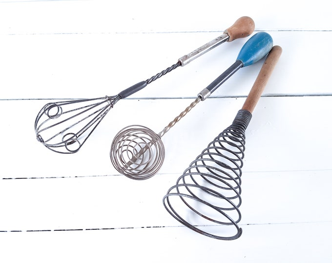 Vintage egg beater • farmhouse kitchen decor • kitchen utensils • vintage metal wired hand mixer • french country antiques