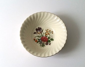 Beautiful old porcelain serving bowl 'flowers'