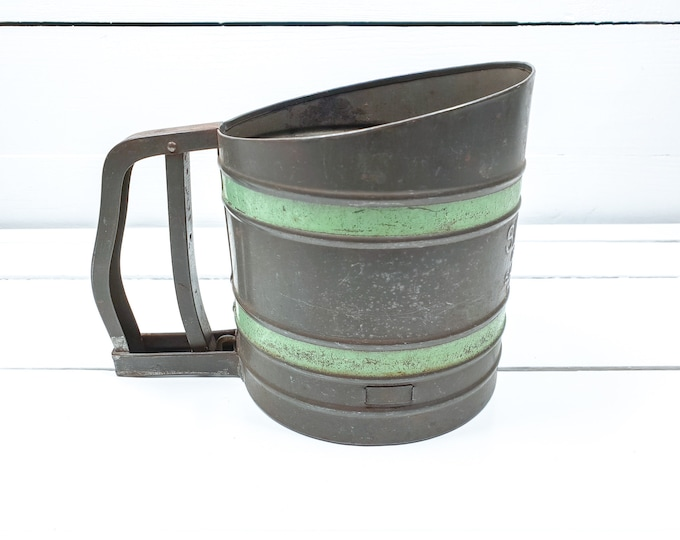 Unique vintage tin Sift-Chine flour sifter green band • shabby farmhouse kitchen decoration • old kitchen sifter • industrial kitchenware