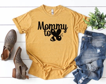 a01263660293c Mommy To Bee // Pregnancy Announcement Shirt // Baby Shower Gift //  Pregnancy Reveal Tee // Mom To Be Shirt // Mama In The Making