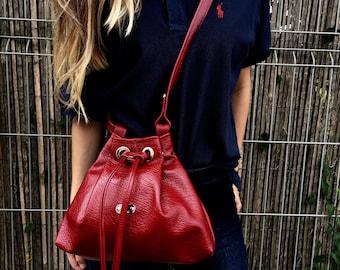 78 eur - 30 % ! PETITE BUCKET BAG (Red Delicious)