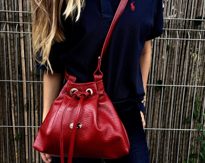 78 eur - 10 % ! PETITE BUCKET BAG (Red Delicious)