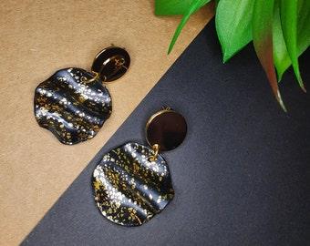 Handmade polymer clay earrings black gold pleated cirkle