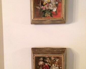 Twee schilderijtjes met bloemstukjes in