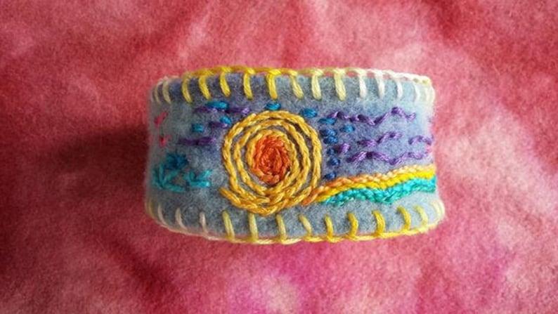 e8253c80d9bb Bordada a mano pulsera de lana reciclada