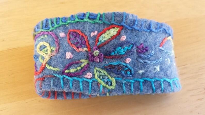 3abe8c7612af Pulsera bordada a mano de lana reciclada