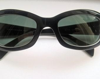 7e351fa1d318c Vintage Donna Karan Women s Black And White Frame Dark Green Plastic  Sunglasses
